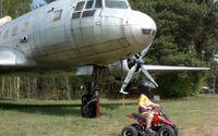 Luftfahrtmuseum Finowfurt - Kinderquad vor einer IL-14, Foto: Luftfahrtmuseum Finowfurt