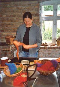 Maja Heese beim Filzen, Foto: Filzwerkstatt Maja Heese